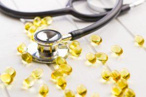 Omega-3 Fettsäuren, Fischöl Kapseln und Stethoskop